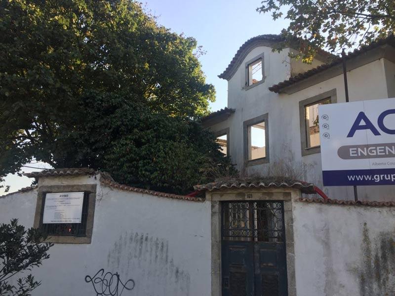 63fa33f0f89 Fachada de casa na Rua Montebelo em vias de se transformar em lar